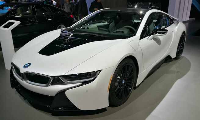 The 3-cylinder, fast and beautiful BMW i8 on Makello Blog