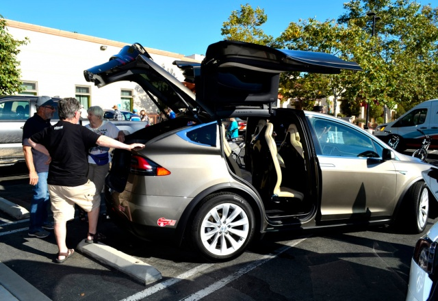 A Tesla Model X opens it falcon doors